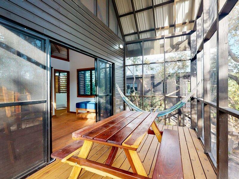Quiet treehouse cabana w/ veranda, hammock, WiFi & partial AC - walk to beach!, aluguéis de temporada em Seine Bight Village