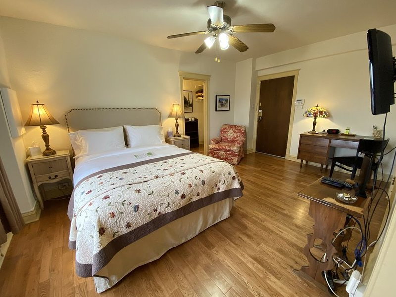 Eliot: Fully Furnished Studio Across From SLU, holiday rental in Saint Louis