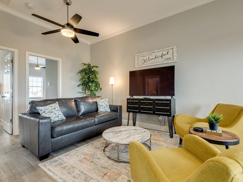 Dog-Friendly Waterfront Home w/ BBQ, Free WiFi, & Lake Views - Near the Gulf!, alquiler de vacaciones en Freeport