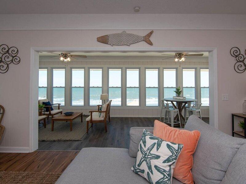 Sulla Sabbia - Updated Ocean Front Home; 1 Block to Shops & Restaurants, aluguéis de temporada em Edisto Beach
