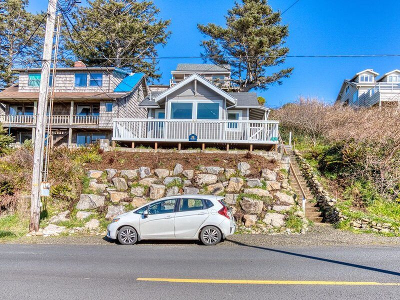 Pleasant dog-friendly house w/panoramic views - short walk to the beach!, holiday rental in Cape Meares