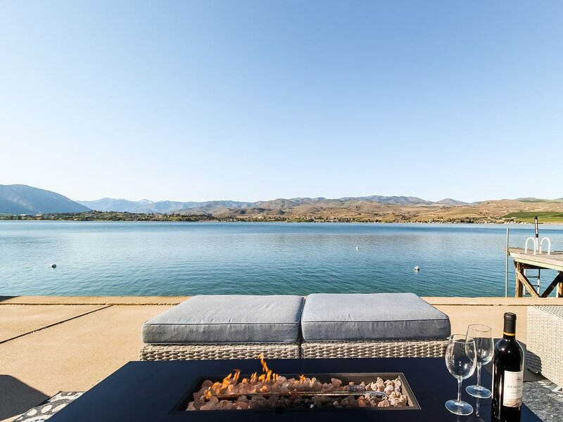 Lakefront home w/ private dock, buoy, & large waterfront patio - near wineries!, aluguéis de temporada em Chelan