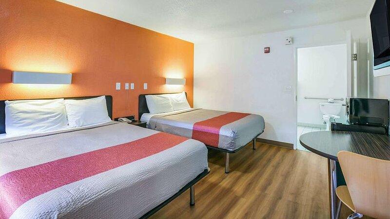 Key Inn Macedonia - 2 Double Bed Non-Smoking, holiday rental in Aurora