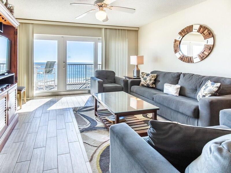 Beachfront Condo w/ Pool & Elevator, Beach Setup Included, Quick Drive To Dining, location de vacances à Fort Walton Beach