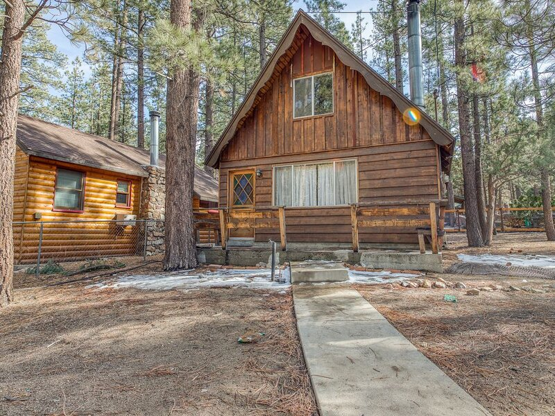 Cozy, dog-friendly, fireplace-warmed cabin w/ a full kitchen - close to the lake, alquiler de vacaciones en Big Bear City