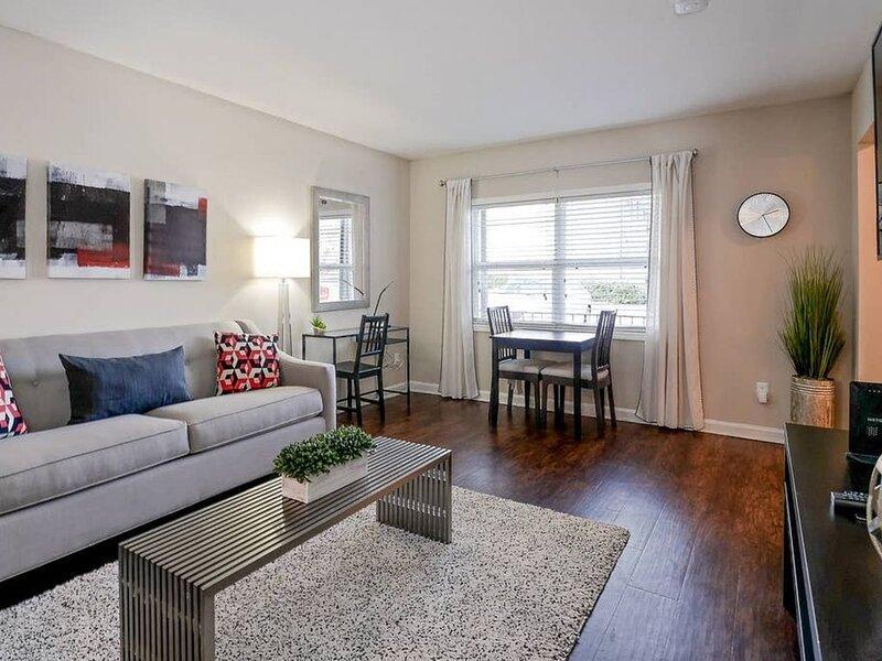 10 min. to Emory Midtown Hospital w/King size bed + 4k HDTVs, holiday rental in Atlanta