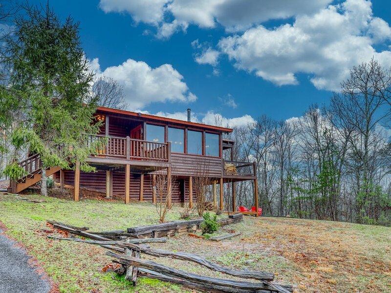 Classic, dog-friendly wood cabin w/ game room/ private hot tub/ free WiFi!, alquiler de vacaciones en Morganton