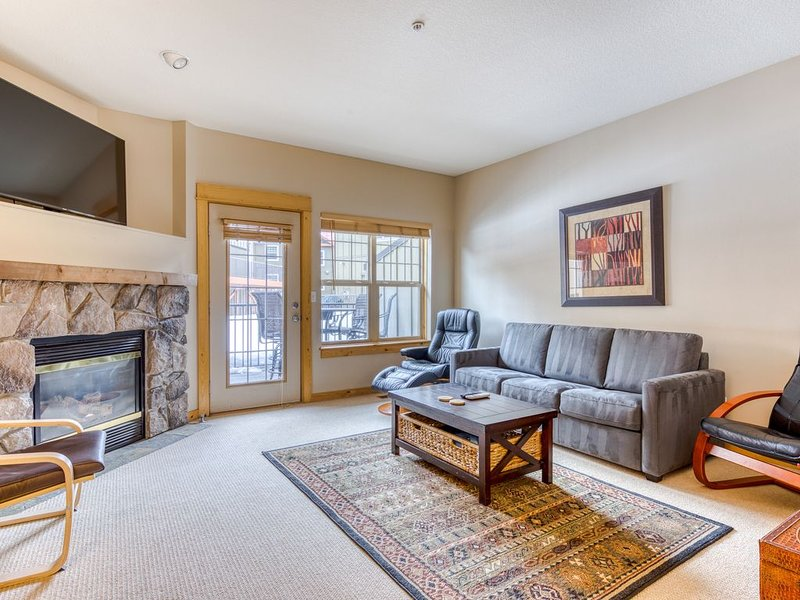 Beautifully updated Mt. Hood condo w/shared pool/hot tub & easy access to skiing, holiday rental in Government Camp