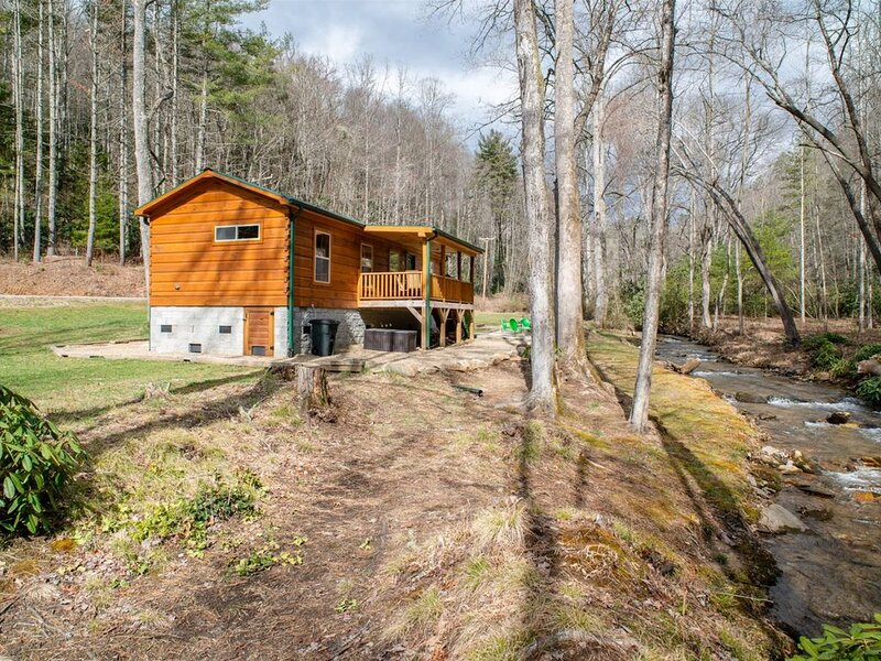 Creekside Cabin with big yard