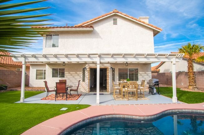 Chic Oasis near Vegas w/ Shimmering Pool & Jacuzzi!, holiday rental in Henderson