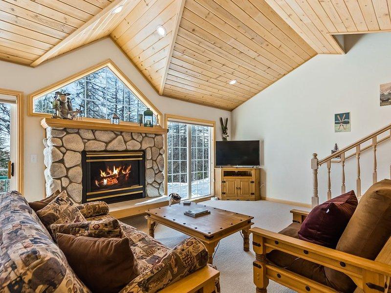 Updated Schweitzer Mt. condo w/ gas fireplace, full kitchen, & easy ski access!, alquiler de vacaciones en Luby Bay