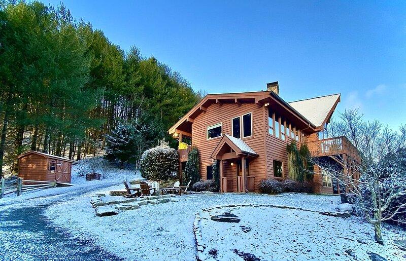 Mountaineer Manor- views, 3 acres fenced in yard, pool table, holiday rental in Sugar Grove