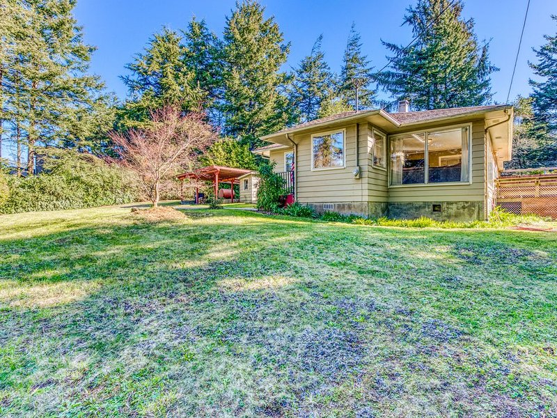 Delightful home near the beach w/ private deck, firepit, & pool table - dogs OK!, holiday rental in Coos Bay