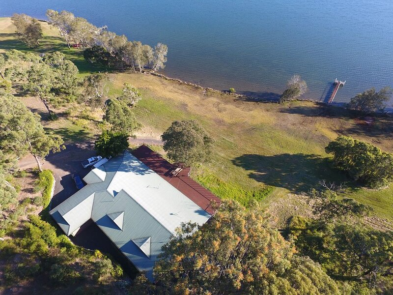 The Lakehouse - SLEEPS 12 Comfortably in 6 Bedrooms and 3 Bathrooms, alquiler vacacional en Tuncurry