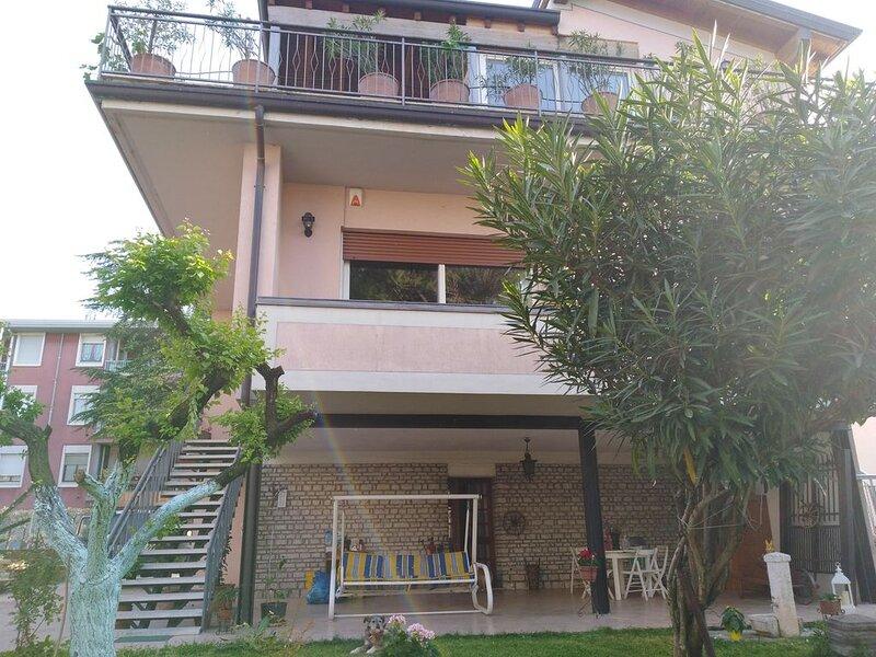 Villa Francesco Desenzano tra la stazione e il centro storico, vakantiewoning in Castiglione Delle Stiviere