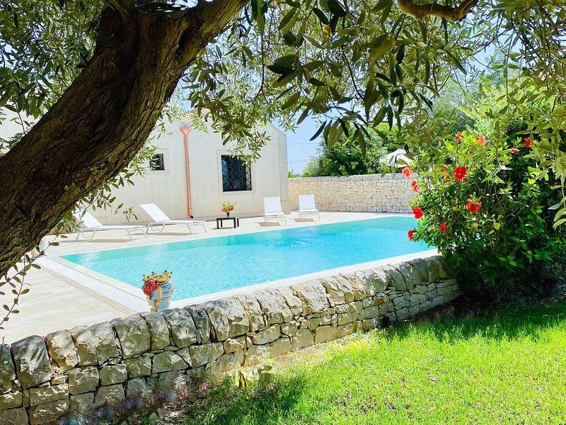Prestigiosa Villa con piscina privata immersa nella natura, holiday rental in Granelli