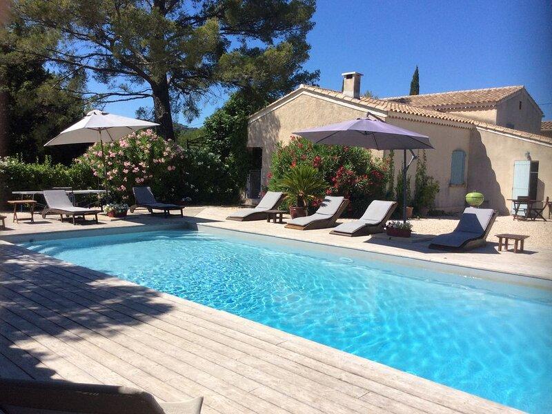 CIRCUIT DU CASTELLET Location Villa avec piscine chauffée, entre mer et campagne, vacation rental in Le Castellet