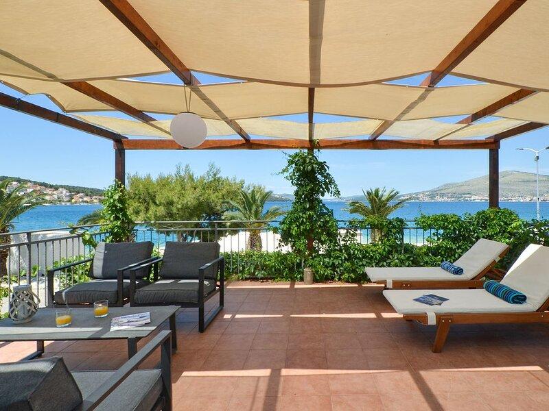 Ferienhaus 25m vom Strand komfortabel und komplett ausgestattet, vacation rental in Okrug Gornji