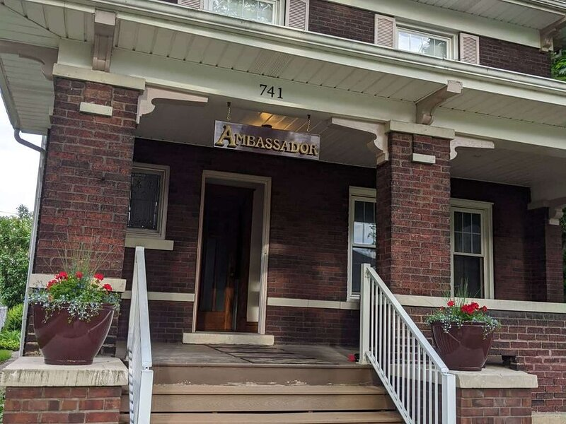 Historic home just 2 blocks from the Aquarium and Falls!, holiday rental in Niagara Falls