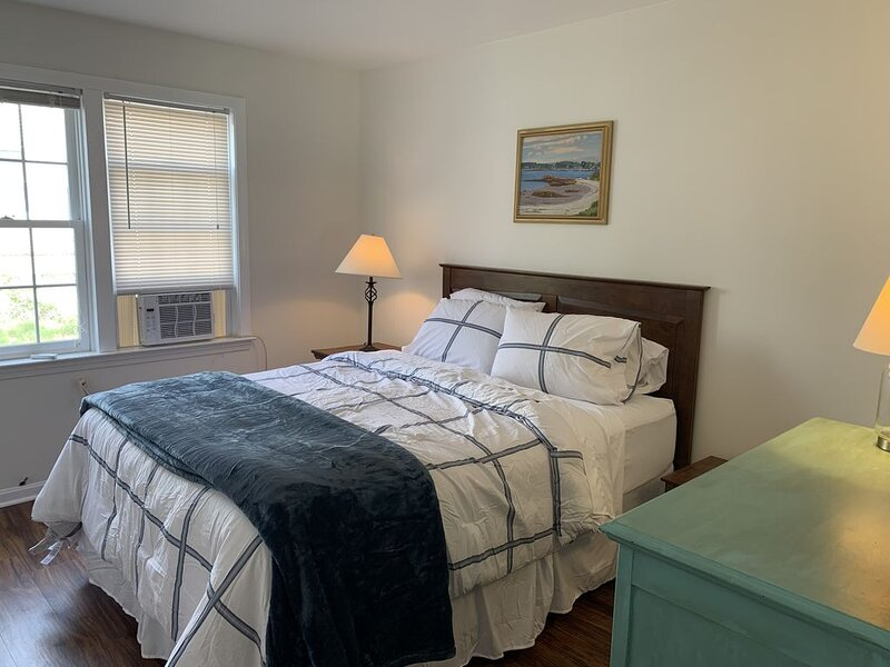Newly renovated, clean 1BR apartment, 1 block from downtown Portsmouth, location de vacances à Barrington