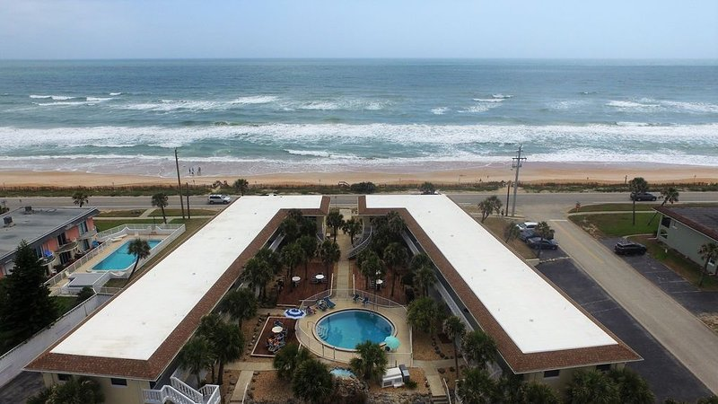 OCEAN VIEW CONDO w/ Pool, Cable/Netflix, Wifi, BEACH ACCESS. Ormond-by-the-Sea, Ferienwohnung in Ormond Beach