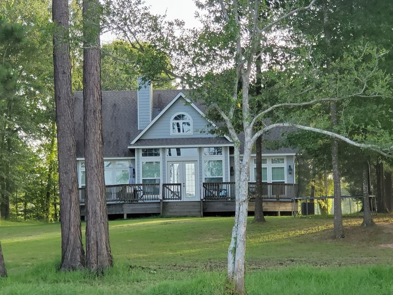 Quiet Lakefront Home with Amazing Views & Fishing, alquiler vacacional en Zwolle