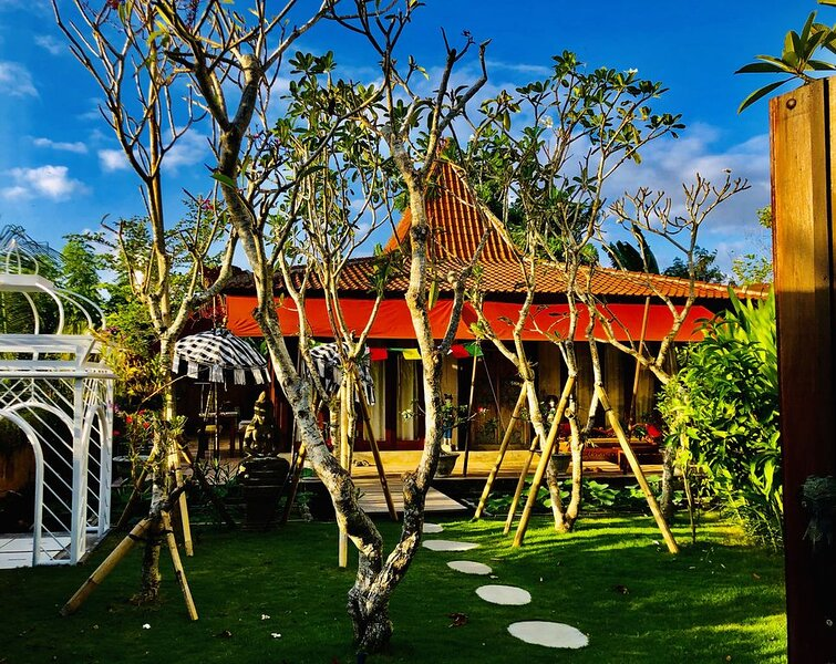 Tirta Shala and Wave House, 2 villas with pools in a quiet, private compound., alquiler vacacional en Seseh