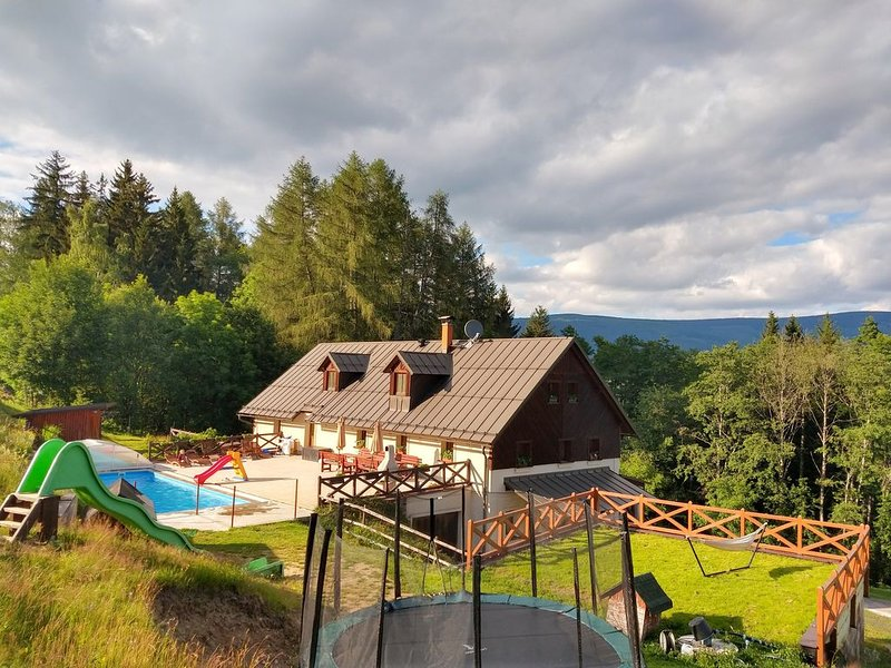Cottage by the forest with swimming pool, for up to 20 guests, holiday rental in Vrchlabi
