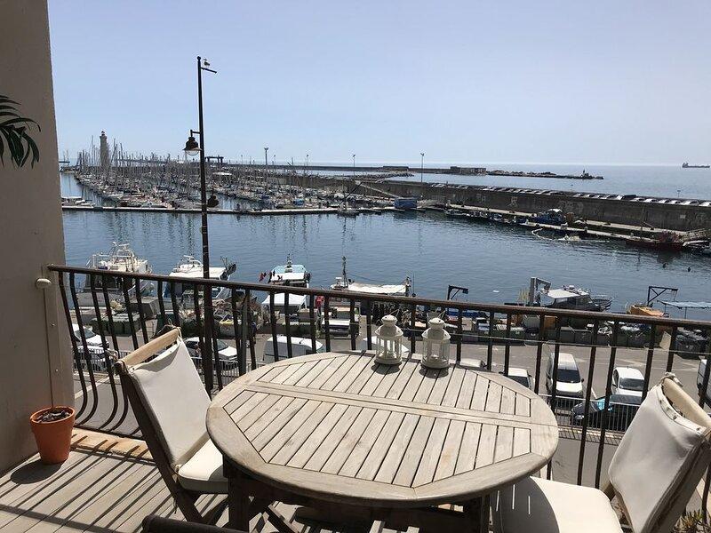 F2 très lumineux avec terrasse vue panoramique sur le Port, vacation rental in Sete