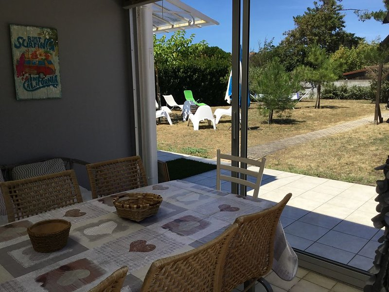 Villa 250 m plage  8 personnes 800m2 terrain piscine et jacuzzi chauffés, holiday rental in Vendays Montalivet