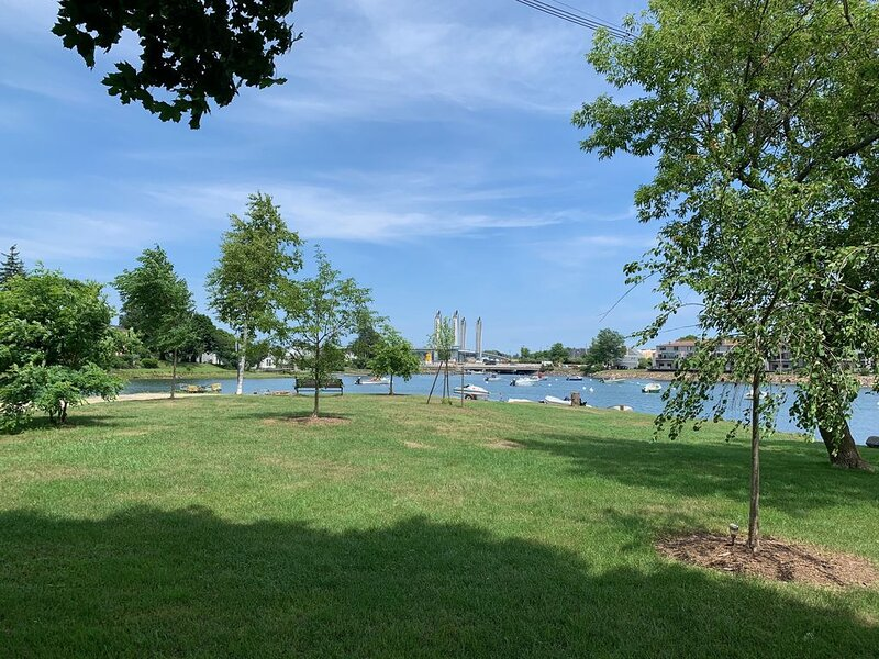 WATERFRONT new 1BR apartment within easy walking distance to downtown Portsmouth, alquiler de vacaciones en Kittery Point
