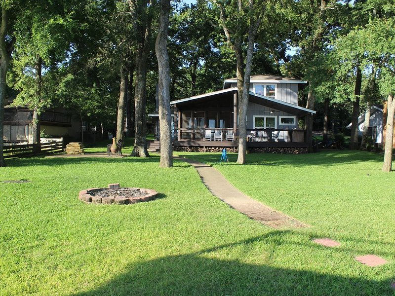 Great House on Lake with Swimming, Fishing and Boating, location de vacances à Kemp
