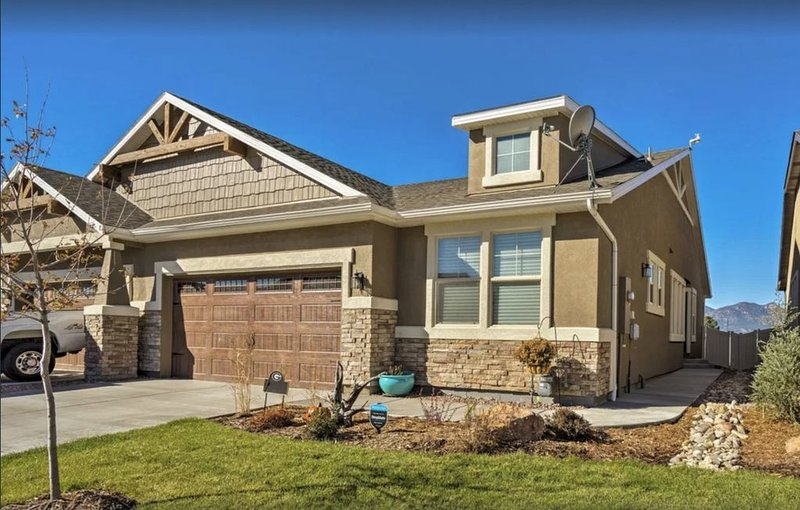 Colorado Springs Patio Home - Hot Tub! Big View! 2 miles from USAFA!, vacation rental in Black Forest