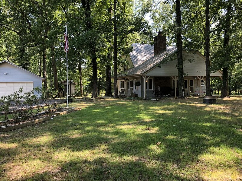Peaceful Lodge, private drive, 2 boat garage, near launch on Lake Guntersville, holiday rental in Grant