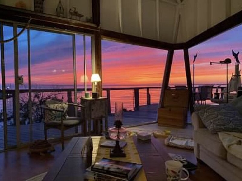 Waterfront, private beach on the Great South Bay with fantastic sunset views, aluguéis de temporada em East Patchogue