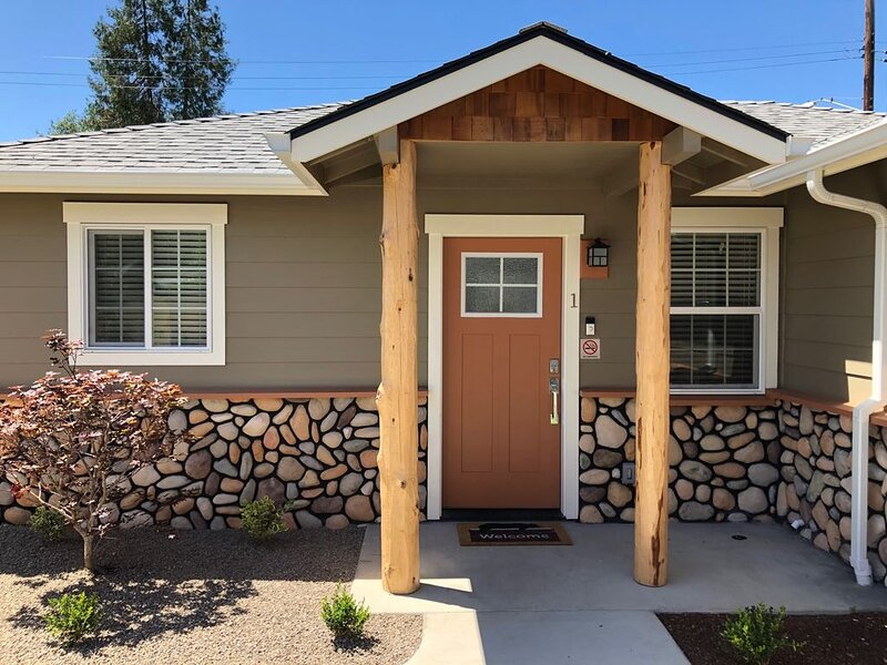 Riverside Cabin 1 - (Brand New Construction), aluguéis de temporada em Rogue River