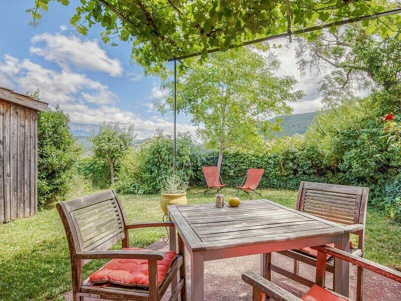 Cozy Holiday Home in Marignac-en-Diois with Garden, vacation rental in Ombleze