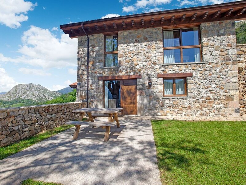 Quaint Mansion in Parres, Asturias with Garden, holiday rental in Parres Municipality