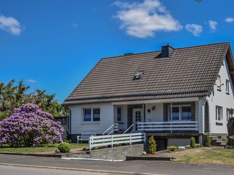 Schönes Eifel-Ferienhaus mit Garten und Grillplatz, holiday rental in Hellenthal
