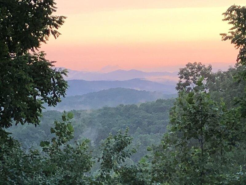 Fantastic Year Round Views Blue Ridge Area Log Cabin-Lily's Lookout, alquiler de vacaciones en Morganton