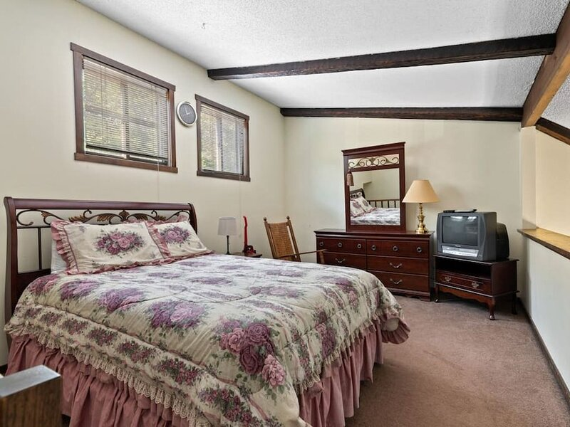 Ski Camelback! Sleeps 7! Fireplace! Family Friendly!, aluguéis de temporada em Tannersville
