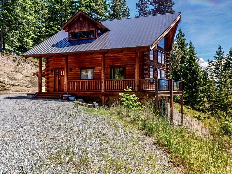 New listing! Gorgeous, dog-friendly cabin w/ a wraparound deck & amazing views, holiday rental in Easton