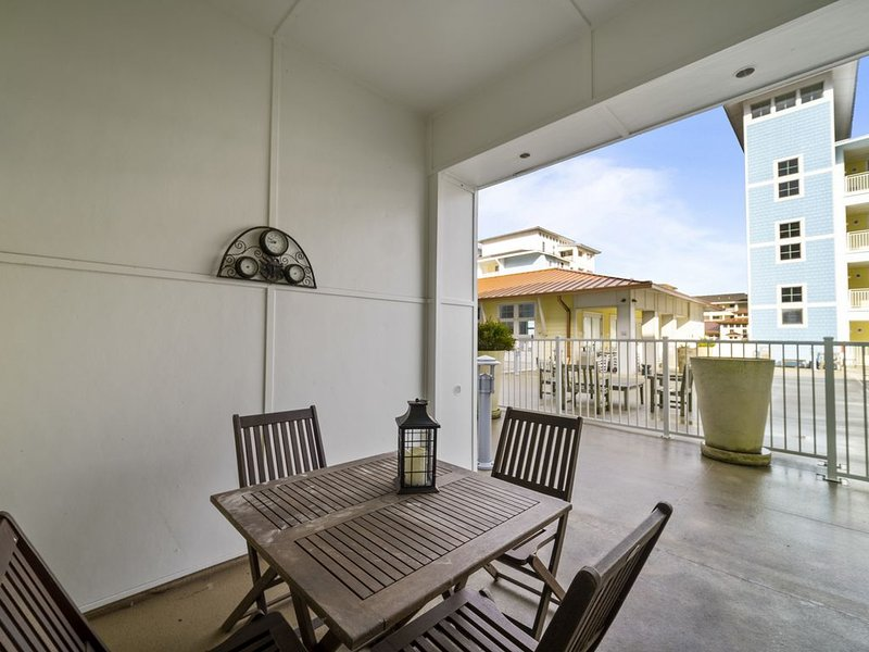 Dolphins and Dunes *Elegant and fun Poolside condo! All right ON the beach!*, vakantiewoning in Virginia Beach