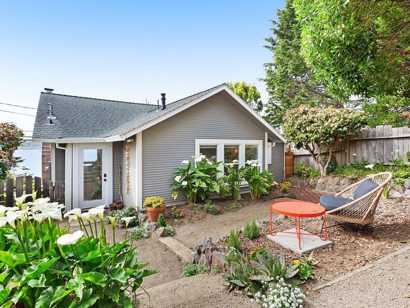 Gorgeously styled bungalow overlooking Bodega Harbor, walk to town - dogs OK!, vacation rental in Bodega Bay