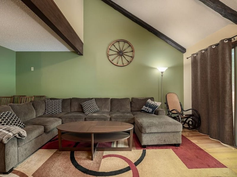 Ski Camelback! Sleeps 10! Fireplace! Family Friendly!, holiday rental in Saylorsburg
