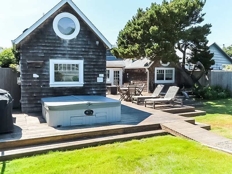 Beautiful home w/ a private hot tub & easy beach access!, vacation rental in Neotsu