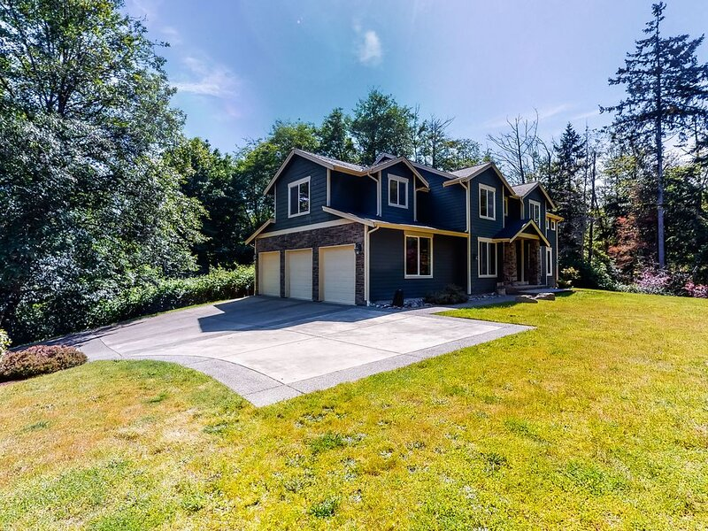 New listing! Spacious home near the ferry w/ dog run, lawn - walk to trails!, holiday rental in Hansville