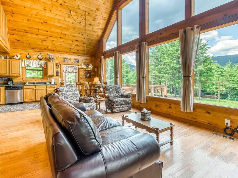 New listing! Secluded cabin with incredible mtn. views, private grill, & deck!, aluguéis de temporada em Sautee Nacoochee