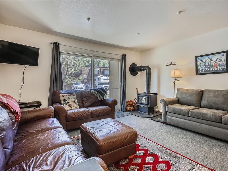 Perfect Condo for all seasons steps from the Village at Squaw. Perfect for coupl, holiday rental in Squaw Valley