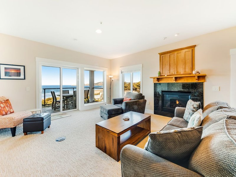 Oceanfront top floor condo with stunning views gas fireplace and grill!, holiday rental in Newport